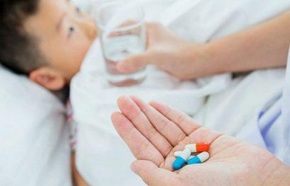 Cứ thấy con sốt là bố mẹ lại đè ra cho uống thuốc hạ sốt, bác sĩ nói gì?